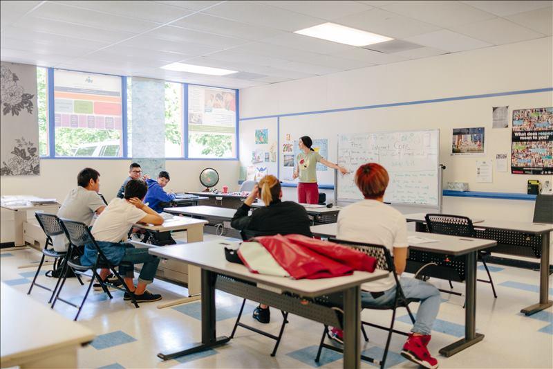 美国在当今世界是最发达国家,中国有35万青年在美留学,这个事实...