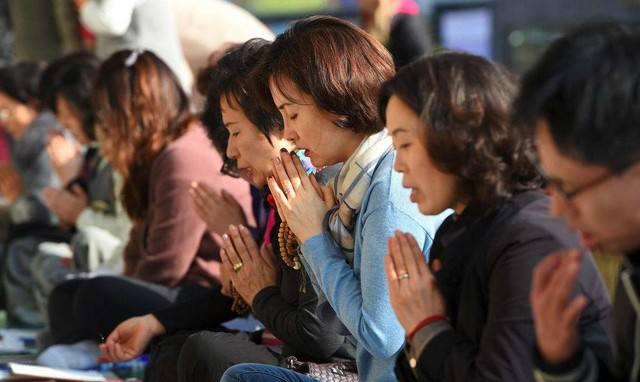 韩国高考拉开帷幕,学生家长真诚祈祷
